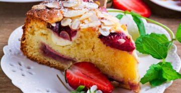Клубничный пирог с сырной прослойкой
